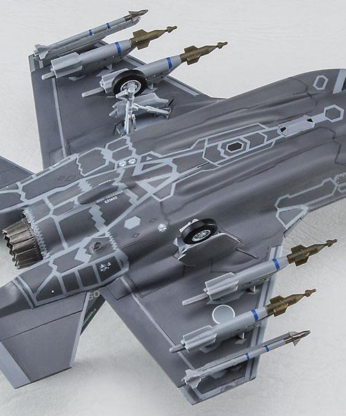 主翼の下面には各種武装を搭載