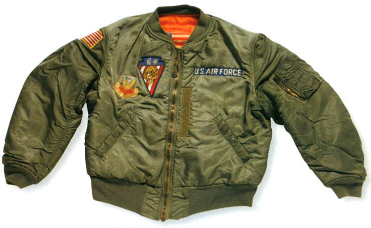 初期のフライトジャケットは革製で丈の長い物が使用されていた