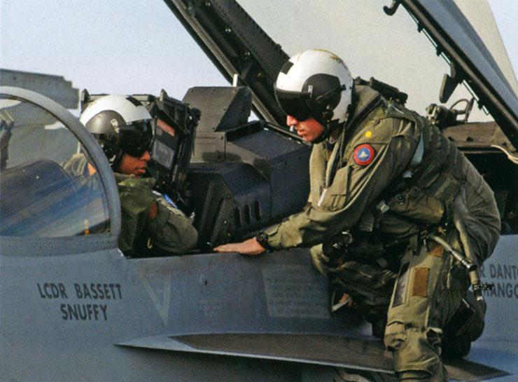 発艦前の打ち合わせを行 なうA/F-18スーパーホ ーネットのクルー