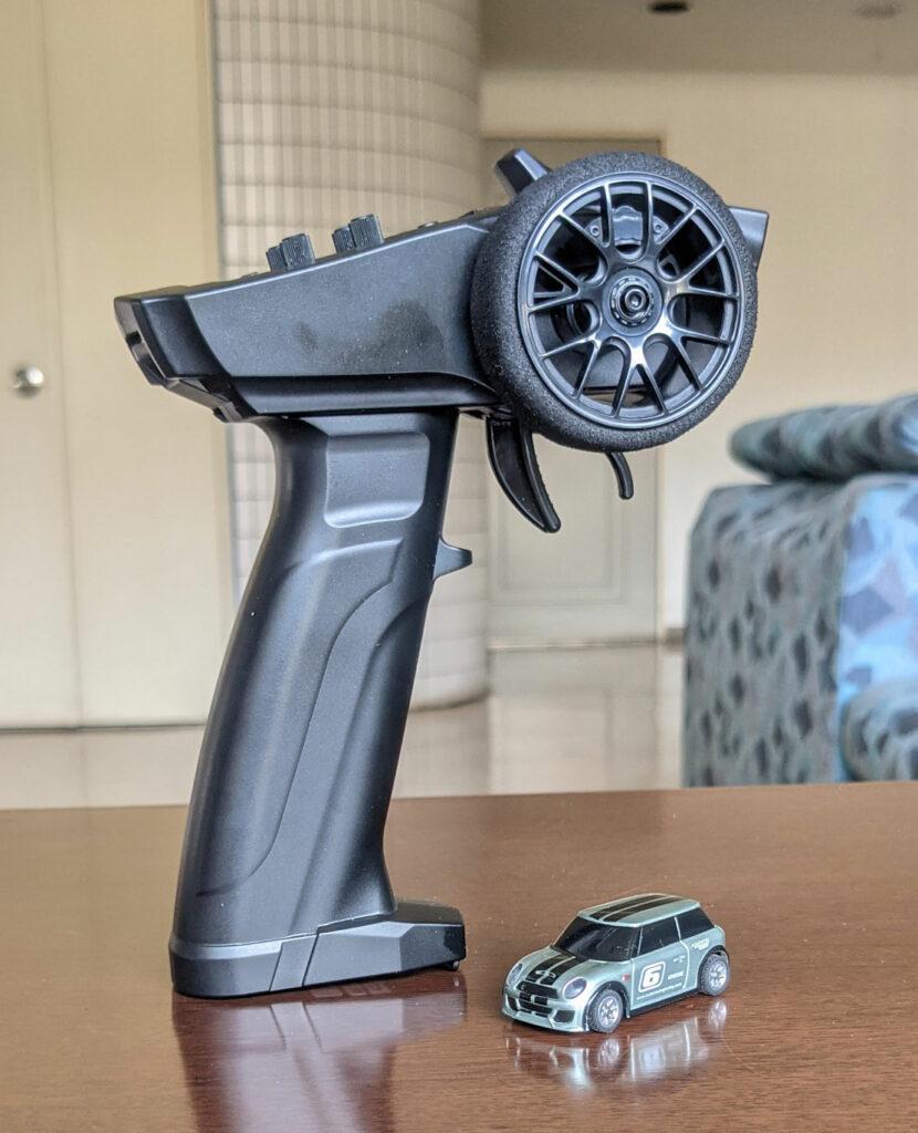 テーブルの上でも楽しめる! 全長49mmの本格RCカー